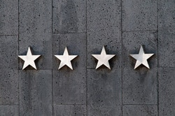 Sterne an grauer Wand